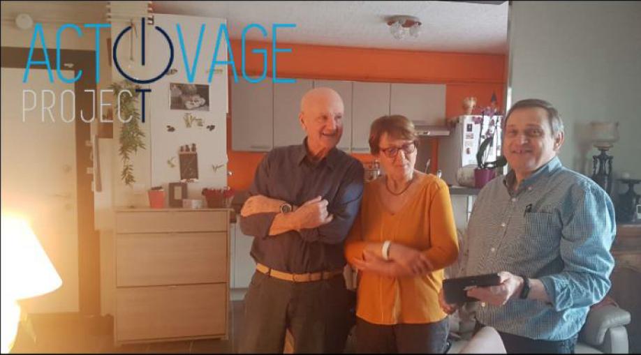 Photo d'un couple de bénéficiaire et de l'installateur domotique du projet européen Activage